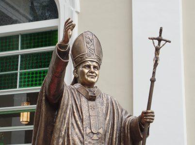 Tre miracoli attribuiti alla intercessione di  Papa Giovanni Paolo II